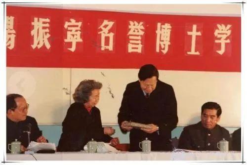 复旦大学授予杨振宁名誉博士学位